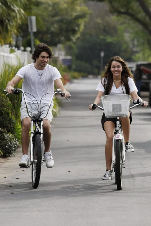 Day of Dumping: Miley Cyrus Ditches Justin Gaston