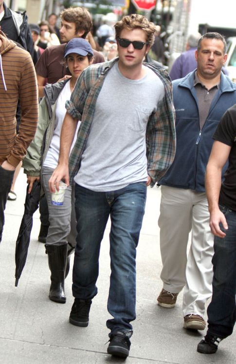 Robert Pattinson Attacked In NYC...By Tweens and Moms Alike