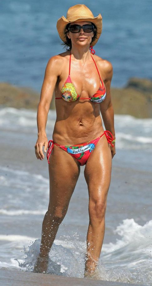 Lisa Rinna Pulls A Tara Reid...Adopts Wonky Stomach In Bikini