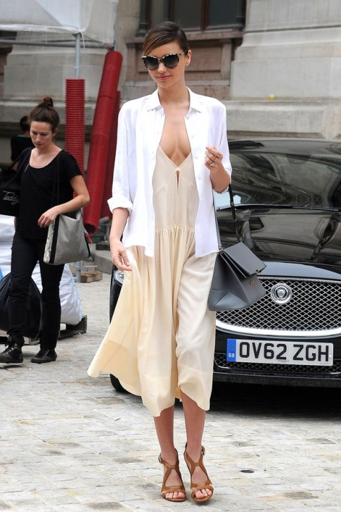 Miranda Kerr sets hearts racing with flawless cleavage